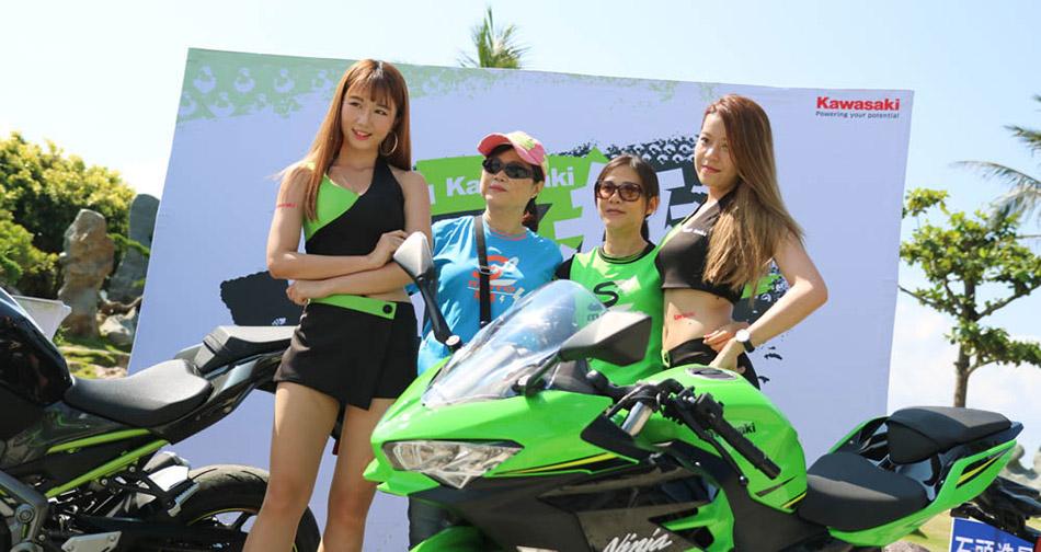 也有熱情的車友選擇在外頭與Kawasaki女孩、Ninja400合照。